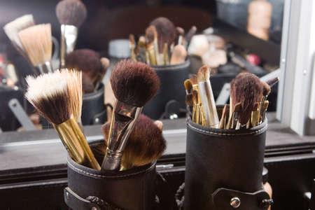 Set von professionellen Make-up auf bruses backstage Spiegel