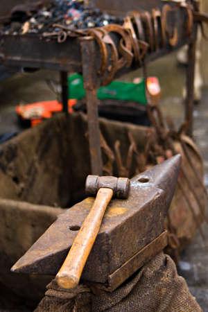 Amboss und Hammer Blacksmith Tools outdoor in vertikale Zusammensetzung Standard-Bild - 23333739