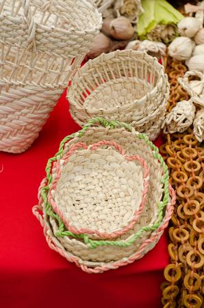 trabajo manual: cestas tejidas hechas a mano en la feria de la agricultura.