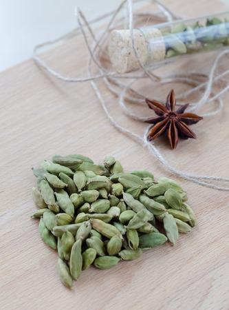 木の板に香りのカルダモンを乾燥させます。クローズ アップ 写真素材 - 74153908