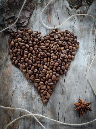 Fèves de café en bois vieilli, closeup. Grunge