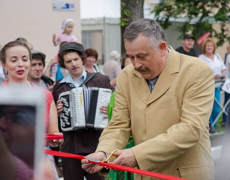 Slantsy, Leningrad region, Russia, July 30, 2016: Drozdenko A.Y. at the festival. 89-th birthday of the Leningrad region 新聞圖片
