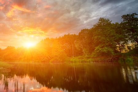 Sonnenuntergang am Ufer des Amazonas. Die Nebenflüsse des Amazonas durchqueren die Länder Guyana, Ecuador, Peru, Brasilien, Kolumbien, Venezuela und Bolivien. Sonnenuntergang am Fluss. Standard-Bild