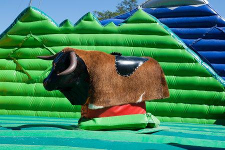 the bull: vaciar un toro mec�nico en el parque de atracciones de la ciudad