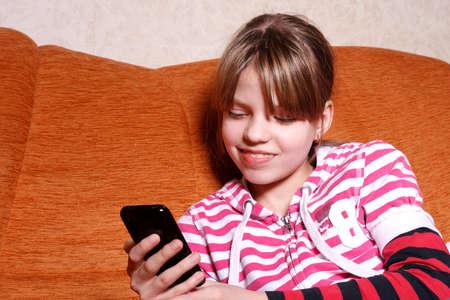 Giochi per ragazze sul suo cellulare touchscreen