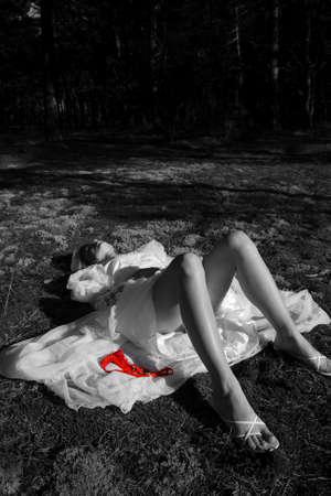 vermoord: Meisje liggend in het bos Stockfoto