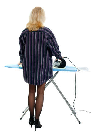 Sexy Hausfrau Bügeln Kleidung auf einem weißen Hintergrund Standard-Bild