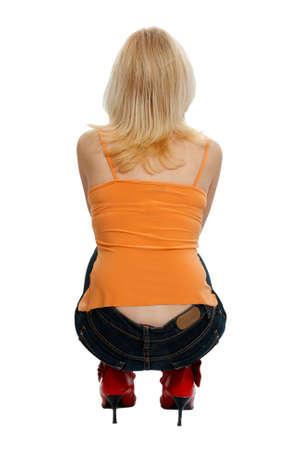 mujer de espaldas: mujer en cuclillas por detr�s en el fondo blanco