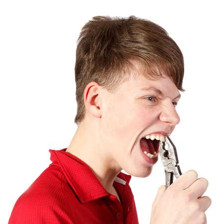 alicates: muchacho se sac� los dientes con tenazas contra el fondo blanco