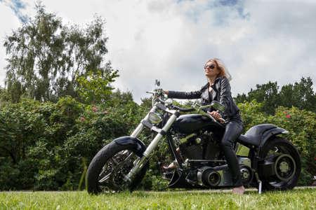 motorrad frau: Frau gekleidet Leder Kleidung auf einem großen Motorrad