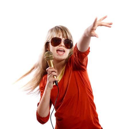 niño cantando: Adolescente chica cantando sobre un fondo blanco Foto de archivo