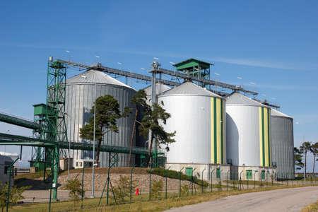 biomasa: Varios tanques de biocombustibles blanco con rayas verdes y amarillas Foto de archivo
