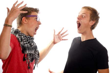 teen boys: Due ragazzi adolescenti che hanno un conflitto, urlando a vicenda
