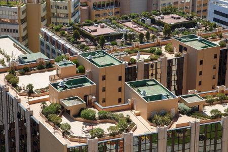 Monaco Gebäudedächern mit grünen Gärten auf