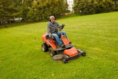 남자 승마 잔디 깎는 기계 스톡 콘텐츠 - 87649225