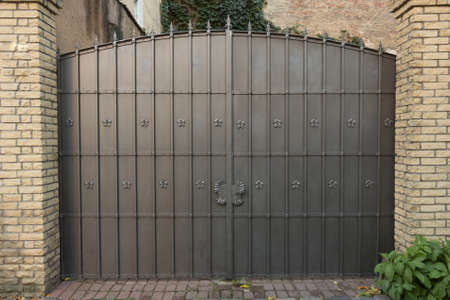puerta de metal decorativa