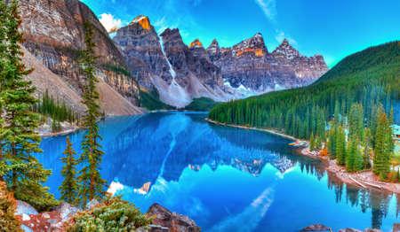 Moraine lac lever du soleil dans le parc national Banff Banque d'images
