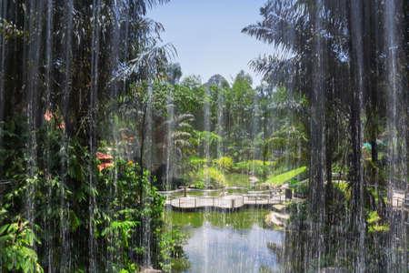 Vue à travers la chute d'eau de l'étang à Kuala Lumpur, KL Bird Park, Malaisie