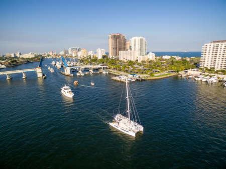 フロリダ州フォートローダーデールのオープンドローブリッジを通過するボートやヨット。航空写真。 写真素材 - 93543140