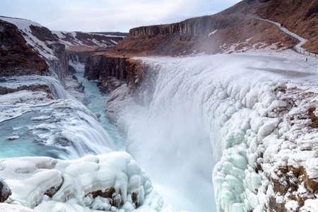アイスランドの冬の雪の中に Hvita 川の峡谷のグトルフォスの滝ビュー 写真素材