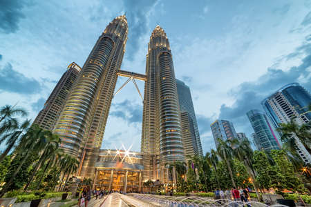 Kuala Lumpur, Malaisie - 19 avril 2015: Petronas Twin towers, parc central de Kuala Lumpur KLCC Éditoriale