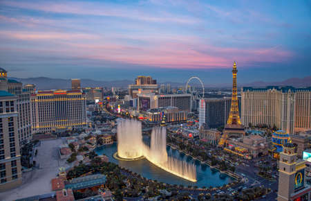 Las Vegas, USA - January 02, 2018: Illuminated view Bellagio Hotel fountains and Las Vegas strip Publikacyjne