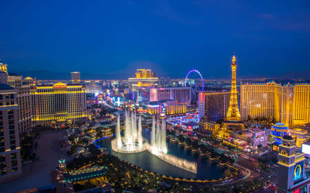Las Vegas, USA - January 02, 2018: Illuminated view Bellagio Hotel fountains and Las Vegas strip Publikacyjne