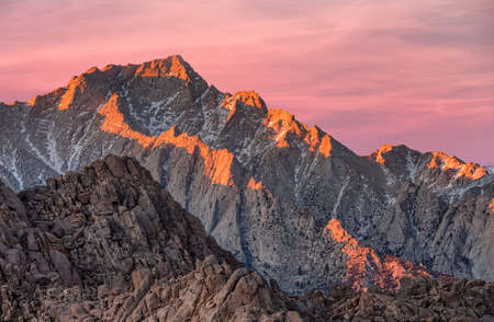Lone Pine Peak view on sunrise at Alabama Hills, Eastern Sierra Nevada Mountains, Lone Pine, California, USA. Фото со стока