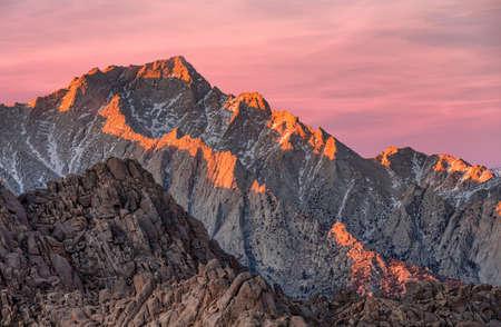 Lone Pine Peak vista al amanecer en las colinas de Alabama, el este de las montañas de Sierra Nevada, Lone Pine, California, Estados Unidos. Foto de archivo