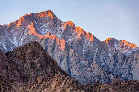 Lone Pine Peak view on sunrise at Alabama Hills, Eastern Sierra Nevada Mountains, Lone Pine, California, USA. 스톡 콘텐츠