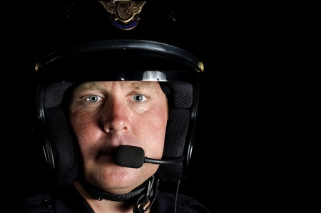 dagvaarding: een politie motor officier in de nacht.