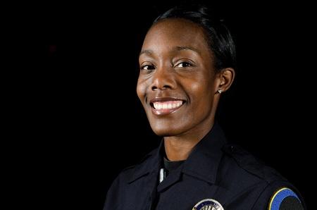 Eine Polizistin in der Nacht während ihrer Schicht.