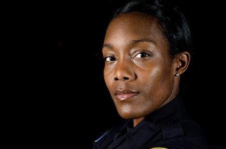 policier: Une femme officier de police dans la nuit au cours de son quart de travail.