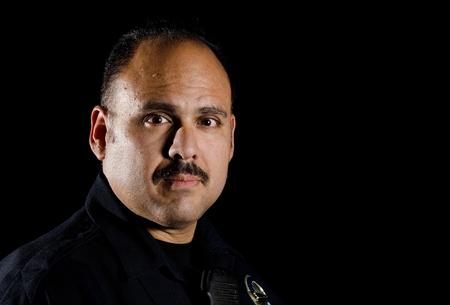 patrol cop: un oficial de polic�a de pie en la noche durante su turno.