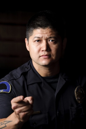 policier: un policier debout dans la nuit comme il le fait.