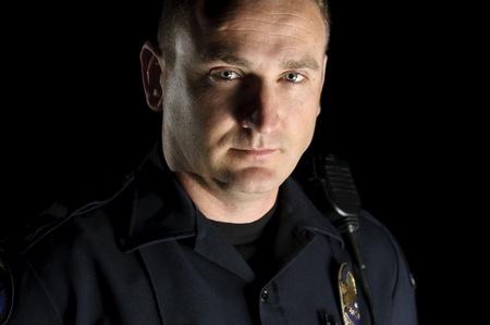policier: un officier de police permanente dans la nuit pendant un quart de patrouille.