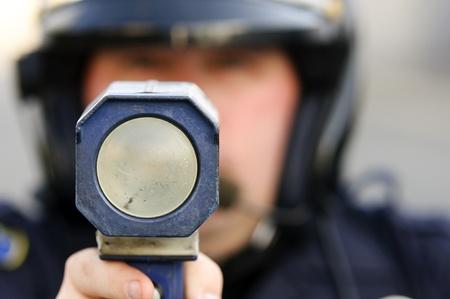 dagvaarding: een politieagent wees met zijn radar pistool op te hard rijden verkeer.
