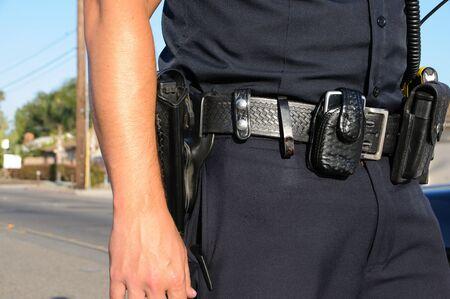 patrol cop: un oficial de polic�a parado en la calle en una llamada.