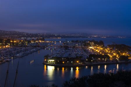 デイナ ポイント港の夕暮れの眺め。