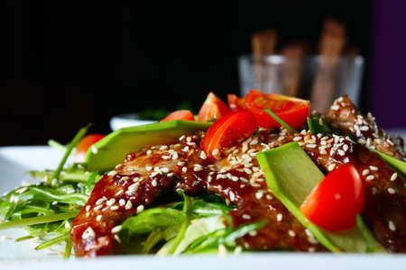 ajonjoli: Ensalada caliente con carne de vacuno. Alimentos sabrosos y nutritivos Foto de archivo