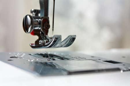 maquinas de coser: Traslado de cerca de la aguja de la parte de la m�quina de coser de cerca