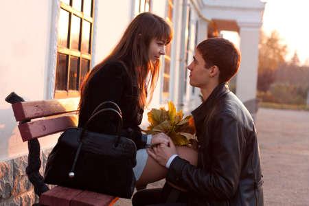 declaracion de amor: Declaraci�n Joven Pareja de amor por una mujer joven en el amor al aire libre, en la soleada tarde de oto�o