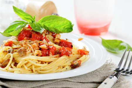 Pasta met tomatensaus en basilicum, voedsel. Italiaans eten