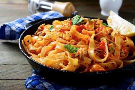 mariscos: Espaguetis con salsa y mariscos, comida italiana