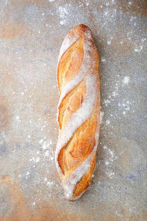 Baguette française sur ardoise. vue de dessus