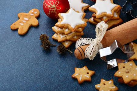 gingerbread cookies: Baking gingerbread cookies, copy-space