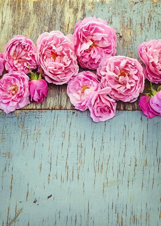 Bouquet di rose rosa su fondo in legno