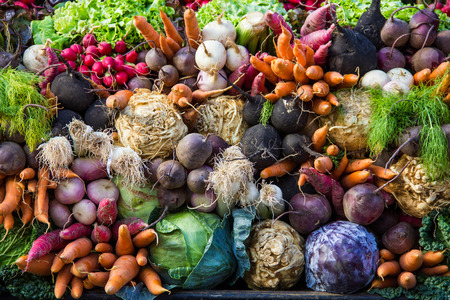Selectie van groenten van een boer s markt in de kleine stad van Colmar in de Elzas in Frankrijk Stockfoto