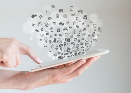 Internet concept choses IdO avec les mains masculin tenant la tablette et pointant affichage Banque d'images