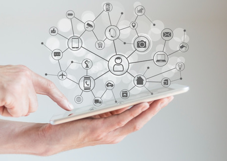 Internet des objets notion IdO avec les mains masculin tenant la tablette ou un grand téléphone intelligent afin de connecter différents appareils et machines intelligentes.